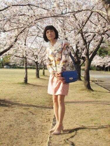 春らしいスカートで桜の中をお散歩